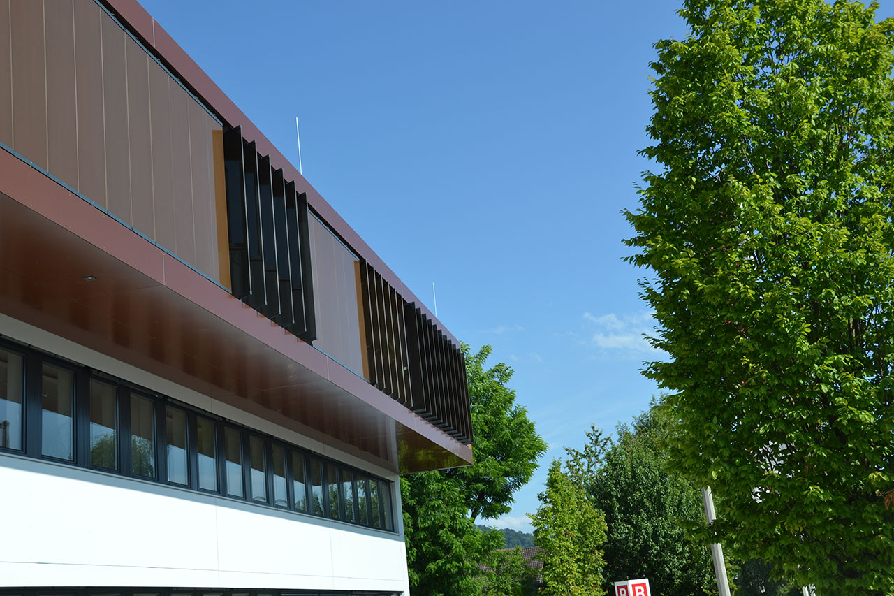 Sun tracking glass louvres acting as solar shading | RHZ Bau GmbH